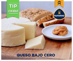 Congelar un queso puede alargar su vida pero en ocasiones cambia su textura. Si decides hacerlo, te recomendamos hacerlo en el envase original o en un recipiente hermético para evitar la pérdida de humedad. Recuerda utilizarlo inmediatamente una vez descongelado.