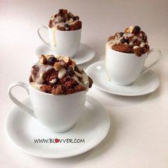 Muffins de café Ingredientes: -4 claras de huevo -3 cdas de avena en polvo -1 cda de cafe instantáneo -2 cdas de cacao en polvo -2 cdas leche descremada -1 cdta de polvos de hornea -1 cda de vinagre -endulzante Para la crema -2 cdas de yogurt natural sin grasa. -2 cdas de proteína en polvo sin sabor (pronto a la venta en mi web)(si no utilizas proteína reemplaza por 2cdas de leche en polvo) -Endulzante