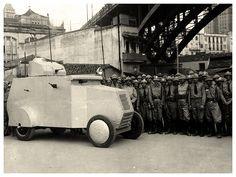 blindados da Guarda Civil estacionado junto ao Viaduto Santa Ifigênia anos 30.