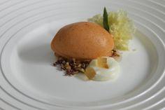 Representación dulce de ocopa. Helado de ají amarillo, praliné, hojas de huacatay, geles y esponjas