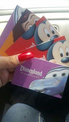 Tickets para Disney landia o california in Los Angeles, CA (sells for $75)