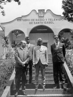 INAUGURACIÓN ESTUDIOS TVE EN GUINEA: Santa Isabel de Fernando Poo (Guinea Ecuatorial) 20-7-1968.- Varias personalidades esperan la llegada del ministro de Información y Turismo, Manuel Fraga Iribarne, a los nuevos estudios de Televisión Española en Guinea Ecuatorial. EFE/yv