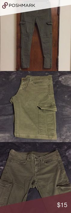 H&M Army Pants Army green skinny jeans. Thigh pocket on each leg along with a zipper at the bottom of each leg. Really comfortable and the material has a stretch to it. Size 8. Willing to negotiate price, just offer! H&M Jeans Skinny