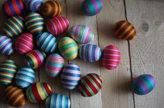 Tato vajíčka jsme pečlivě oblepili vyšívací stužkou. Vždy jsme nakombinovali různé barvy a vzory.