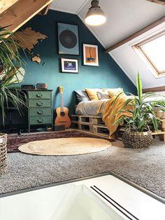 Een donkere muur in de slaapkamer geeft rust Bedroom Green, Home Bedroom, Bedroom Boys, Bedrooms, Teal Bedroom Walls, Teal Bedroom Decor, Bedroom Ideas, Teal Walls, Dark Walls