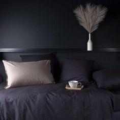 Chambre noire détaille beige argenté mur peinture noir matte soubassement bois appartement parisien parure de lit housse de couette en lin lavé noir gris anthracite foncé Percale De Coton, Decoration, Home, Little Cottages, Bed Sheets, Comforter Set, Cozy Room, Linen Duvet, Decor