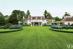 Southampton, Exterior View: Maria Buatta Designs Hilary and Wilbur Ross's Homes in the Hamptons and Palm Beach : Architectural Digest White Exterior Paint, White Exterior Houses, Colonial Exterior, Traditional Exterior, White Houses, Interior Exterior, Exterior Design, Colonial Garden, Architectural Digest