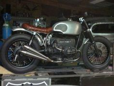http://www.flat-twin-bmw.com/puriste-s-abstenir 'not for purists' but defenitely for me. A single Mikuni HSR42, usually found o...