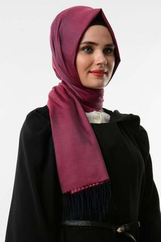 Fiez-vous au chic de ce foulard (hijab) pour accessoiriser votre dressing avec une belle simplicité. Foulard, coloris uni, tissu léger et lisse c'est l'idéale pour une femme simplement chic.