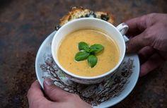 Foto: Theres Lunden Denna smakrika soppa passar bra som en lättare lunch/middag eller som förrätt. Genom att fräsa zucchini och vitlök ...