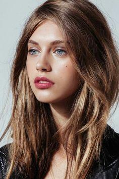 levres rouges, belle fille aux yeux bleus, quelle couleur de cheveux
