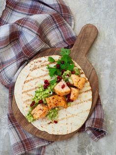 Ja, så enkelt kan det gjøres altså. Skjær opp fisk i terninger, ha på krydder og sett i ovnen. Lag avokadorøre og varm opp lefsene. Lirk frø ut av granateplet.Sett alt på bordet og middag er klar. Jobber du effektivt klarer du å få dette på bordet på 20 minutter. Som du ser har jeg [...]Read More...