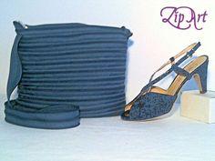 Borsa in tono con le calzature. Viene realizzata con la sola cerniera lampo in riferimento al colore delle vostre scarpe. Disponibile in diverse dimensioni.