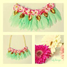 collar con flores y plumas de luly Ilarregui