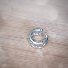 Le cruxement; a silver nosering, earcuff, lipring without percing. // Anneau sans percing en argent pour le nez, l'oreille ou la lèvre.