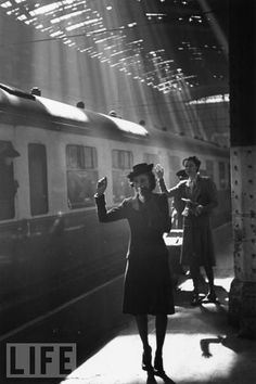 Paddington Station, London, May Bert Hardy, photographer for the Picture Post, recorded the day to day running of this busy wartime station and tearful goodbyes of parting couples. Old Pictures, Old Photos, Famous Photos, Vintage Photographs, Vintage Photos, Foto Art, Old London, Oscar Wilde, Black And White Pictures