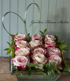Flowers are not the only gift you can give for Valentine's Day. But the gift of flowers when valentine will be very fitting juxtaposed with a gift of chocolate. Deco Floral, Arte Floral, Floral Design, Graphic Design, Valentine Flower Arrangements, Valentines Flowers, Valentine Nails, Valentine Ideas, Rosen Arrangements