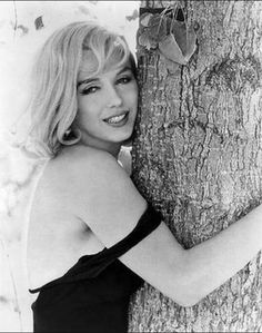 Marilyn Monroe on set of 'The Misfits' ,photographed by Henri Cartier-Bresson, 1960 - Marilyn Monroe (Norma Jeane Baker) - Photos Henri Cartier Bresson, Divas, Poses, Fotos Marilyn Monroe, Marylin Monroe Body, Inge Morath, Norma Jeane, Jolie Photo, Celebs