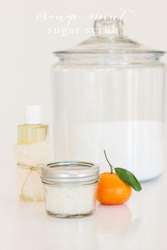 Easy orange mint sugar scrub recipe made in your kitchen with just 3 ingredients perfekt som ge-bort-present! Bath Recipes, Diy Lotion, Sugar Scrub Recipe, Diy Scrub, Diy Spa, Homemade Beauty Products, Natural Products, Beauty Recipe, Home Made Soap
