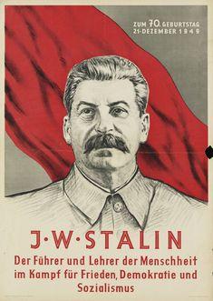 Plakat in den Farben weiß, schwarz, grau und rot. Motiv: Portrait Stalins mit einer roten Fahne im Hintergrund. Text: Zum 70. Geburtstag 21.12.1949. Der Führer und Lehrer der Menschheit im Kampf für Frieden, Demokratie und Sozialismus.