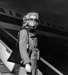 "1970. Catherine DENEUVE embarque à Orly à bord d'un Boeing 727-200 d'Air France à destination de Madrid où elle assistera à la projection du film de Luis Bunuel ""TRISTANA"", dont elle est une des vedettes.Collection Air France.DR/Collection Musée Air France.DR Catherine Deneuve, Air France, Catherine La Grande, Catherine The Great, Roman Polanski, Vintage Air, Beautiful Outfits, Beautiful Clothes, French Actress"