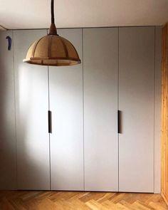 Fronty z płyty meblowej też mogą być bardzo estetyczne. Ładne uchwyty i dobrze dobrany dekor melaminy tworzy fajny efekt szczególnie przy budżetowych wykończeniach  #szafa #zabudowa #wardrobe #meblenawymiar #furniture #dom #homesweethome #möbel #nowemieszkanie #czterykaty #homedecor #design #interiorstyling #wnetrze #mjakmieszkanie #wystrojwnetrz #aranzacjawnetrz #remont #stolarstwo #stolarz #fronty #domoweinspiracje #picoftheday #warszawa #warsaw #poland Blond, Ceiling Lights, Lighting, Pendant, Instagram, Home Decor, Homemade Home Decor, Ceiling Light Fixtures, Trailers