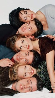 In the 10 years between 1994 and NBC aired 236 episodes of Friends, all of which are conveniently bingeable in their full glory on Netflix. But if you're friends 8 Shows to Watch If Friends Is Still Your One True Love Friends Serie Tv, Friends 1994, Tv: Friends, Friends Scenes, Friends Cast, Friends Episodes, Friends Moments, Friends Forever, Chandler Friends