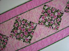 Corredor de la tabla acolchada rosado y verde por VillageQuilts
