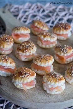 Ein Rezept für Mini Räucherlachs Burger. Perfekt als Fingerfood, Häppchen und Partyessen. Die Mini Burger sind mit Sesam und einer Meerrettich-Sahne-Creme.