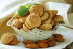 Amaretti biscuits aren't only an Italian temptation but also a fascinating gourmet history. Do you know the history of this delicious Italian biscuit ? Amaretti Cookie Recipe, Amaretti Biscuits, Amaretti Cookies, Aquafaba, Easy Cookie Recipes, Snack Recipes, Yummy Recipes, Recipies, Italian Biscuits