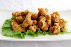¡Haz tus propias palomitas de pollo! ¡Saben deliciosas! Mezcla la harina y el sazonador cajún en un tazón.