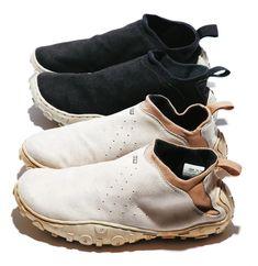 """丸みを帯びたユニークなフォルムで人気を博した「エア モック」のミドルカットバージョンとして2002年にリリース。脱ぎ履きしやすいよう側面にゴムが用いられたサイドゴア仕様。 Mid-cut version of the AIR MOC, released in 2002. Popular for it's unique rounded form. Its rubber sides make the shoe easy to slip on and off. マリン企画刊「Sneaker Tokyo vol.2 """"Hiroshi Fujiwara""""」より転載"""