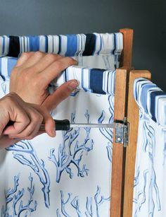 Una essa folha à outra, fixando as dobradiças na mesma posição. Repita o procedimento, prendendo a última folha. Lembre que duas folhas são unidas entre si com a dobradiça do lado direito e, na hora de fixar a terceira folha, a dobradiça fica do lado contrário para formar o ziguezague.