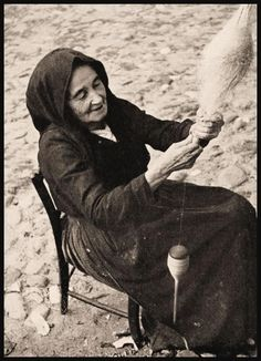 Donna che fila il lino. FORDONGIANUS (1953). Collezione Aldo Guiso