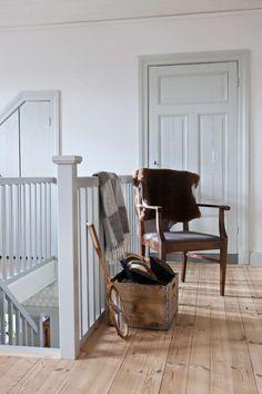 Titta in i det varsamt renoverade Interior Trim, Interior And Exterior, Interior Design, Farmhouse Style Kitchen, Farmhouse Homes, Sweden House, Loft House, Home Hacks, Dorm Decorations