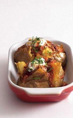 Snadno a rychle: pečená brambora s náplní | Apetitonline.cz Baked Potato, Potatoes, Beef, Chicken, Baking, Ethnic Recipes, Food, Meat, Potato