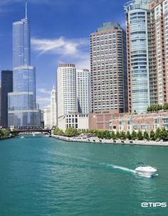 Isn't it amazing? Just in the middle of Chicago, the Chicago River... A beautiful place to visit | by eTips #TravelApps