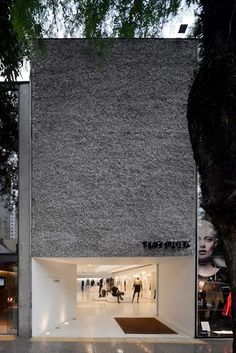 Visions of an Industrial Age: Forum Flagship - Oscar Freire São Paulo / Isay Weinfeld Architecture Design, Retail Architecture, Facade Design, Contemporary Architecture, Exterior Design, Concrete Architecture, Concrete Facade, Exterior Signage, Contemporary Apartment