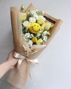 Felt Flower Bouquet, Bouquet Wrap, Beautiful Bouquet Of Flowers, Simple Flowers, Diy Flowers, Modern Flower Arrangements, How To Wrap Flowers, Flower Packaging, Floral Centerpieces