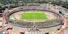 Estadio Olímpico Universitario. Pese a que se inauguró en 1952, su gran arquitectura lo tiene como uno de los más tradicionales de México. Es casa de los Pumas de fútbol soccer y fútbol americano. Así se ve desde el aire