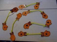 dubbele oefening: de kleuters moeten de paren zoeken en daarna oefening fijne motoriek, de pijpenrager door het gaatje steken en een stukje omvouwen groetjes Marlies Van Holle