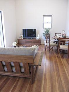ウォールナットカラーの床材にウォールナット無垢材の家具で合わせたコーディネート事例です!コンパクトなリビングダイニングは半楕円形のテーブルで空間を少しでも広く使用できます!