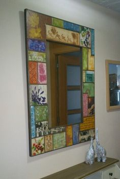 Marco de espejo. Pintado con texturas y decoupage. Mosaic Crafts, Mosaic Projects, Aluminum Foil Art, Diy Wall Decor For Bedroom, Mirror Painting, Decoupage Box, Mirror Mosaic, Antique Frames, Art N Craft