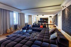 Гостиная с огромным диваном.