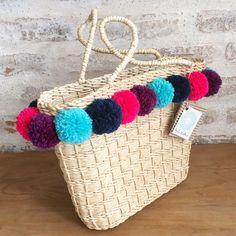 BOLSA POMPOM   Bolsa ecológica confeccionada artesanalmente com a palha de milho trançada em trama fechada.  Linda peça que une elegância e utilidade.
