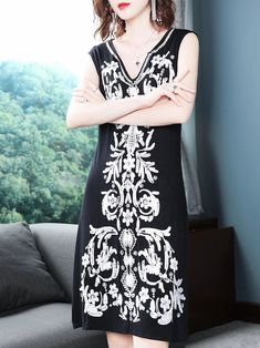 Fashion Embroidery V-Neck Sleeveless Fit Flare Dress