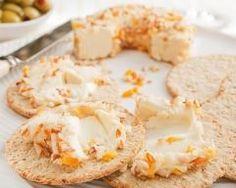Toasts craquants aux abricots secs et au chèvre : http://www.cuisineaz.com/recettes/toasts-craquants-aux-abricots-secs-et-au-chevre-44966.aspx