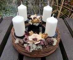 """adventní svícen: kruh """"NATURA"""" POPIS: Vánoční/adventní/podzimní svícen ve z kolekce """"NATURA"""". Neutrální barevné ladění předurčuje tuto dekoraci k univerzálnímu použití do téměř všech typů interiéru. Přírodní korpus z proutí je dozdoben takřka výhradně přírodním materiálem - dřevěnými květy, šiškami přírodními i barvenými, plody eukalyptu, pedigovými ..."""
