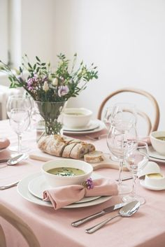 Love the blush table setting and flowers | Dille & Kamille #dillekamille