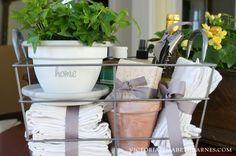 Housewarming Gift Baskets, Diy Gift Baskets, Housewarming Party, Basket Crafts, Kitchen Gift Baskets, Basket Gift, Guest Basket, Gift Hampers, Buenas Ideas Para Regalos